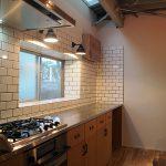 サブウェイタイル張りのキッチン