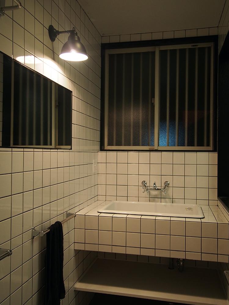 全面タイル張りの洗面所